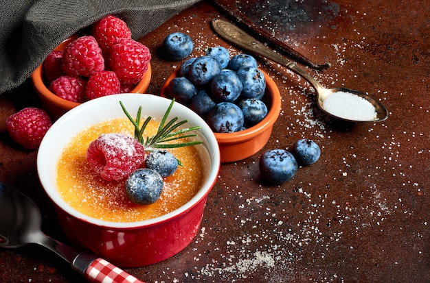 Creme brulee z malinami i jagodami