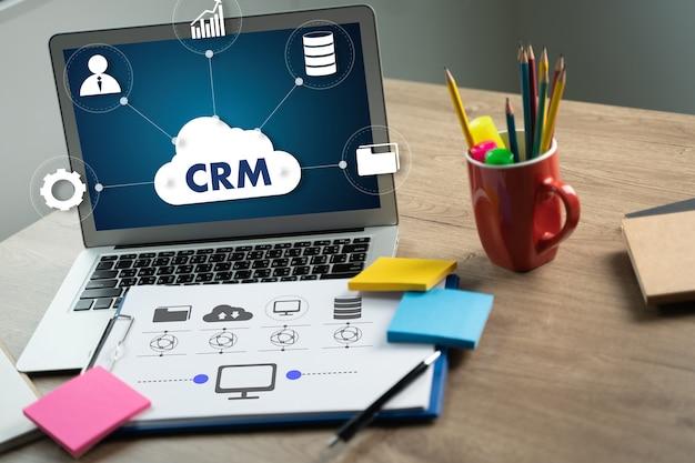 Crm business customer crm management concept service analiza zespołu biznesowego przy pracy z raportami finansowymi i laptopem