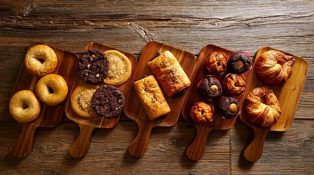 Croissant muffin cookie bagel i neapolitański