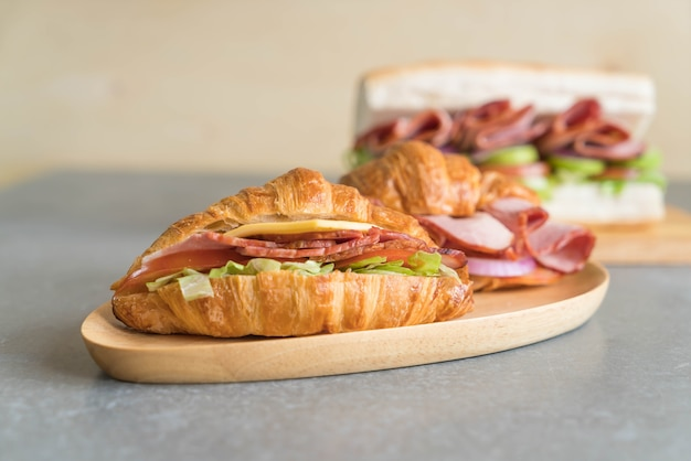 Croissant szynka kanapkowa