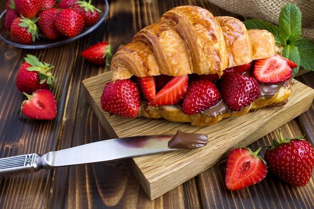 Croissant z kremem czekoladowym i truskawkami