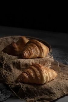Croissanty na zwykłym maśle w formie półksiężyca, rogaliki świeżo upieczone. ciepłe rogaliki ze świeżą masą na tacy.