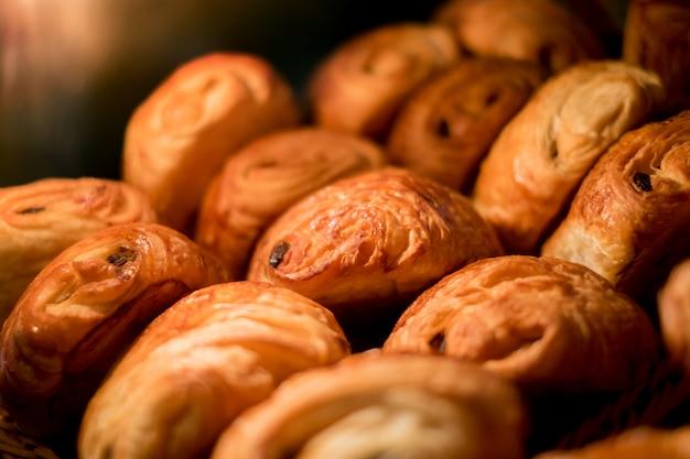 Croissanty w gablocie w piekarni.