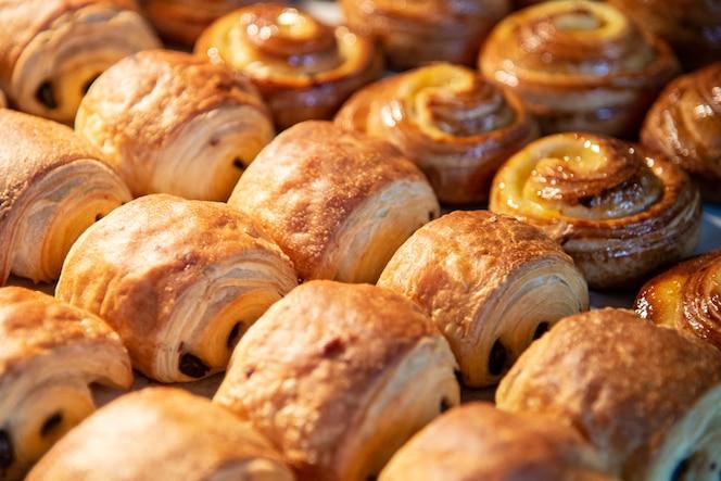 Croissanty w sklepie piekarniczym. świeżo upieczone rogaliki na tekstura tło