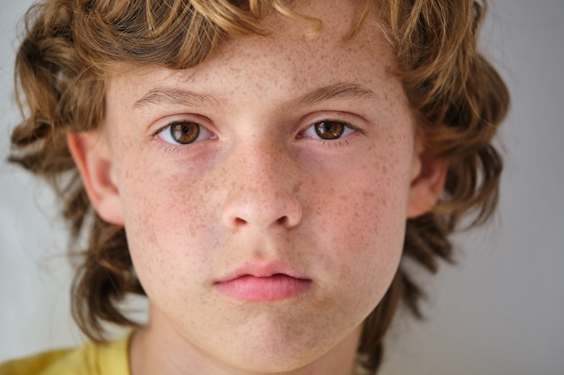 Crop boy z piegami i brązowymi oczami