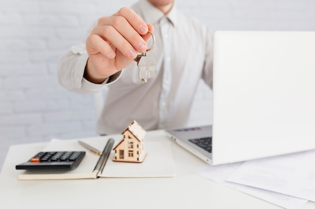 Crop house agent podający klucz