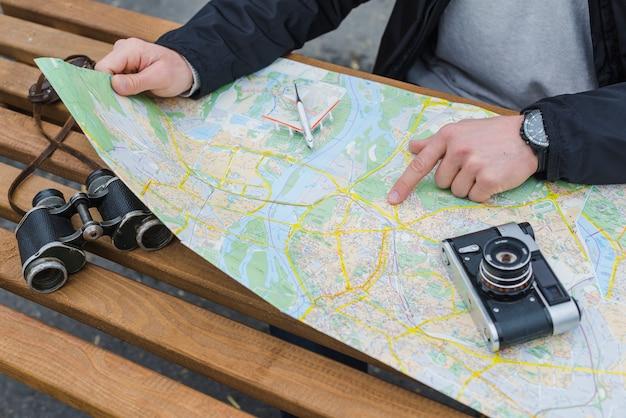 Crop turystycznych wskazujące na mapie