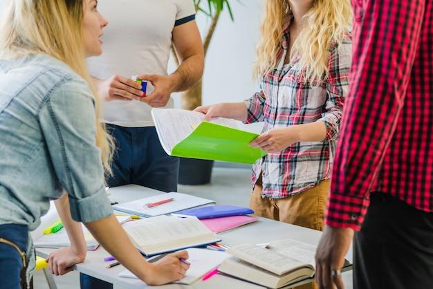 Crop uczniowie omawiając materiały