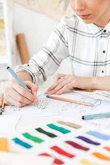 Cropped obrazek młodej kobiety mody ilustratora rysunek.