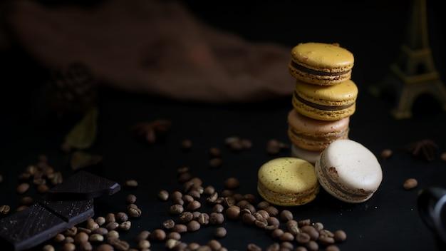 Cropped strzał kawowi i czekoladowi macarons na czarnym talerzu