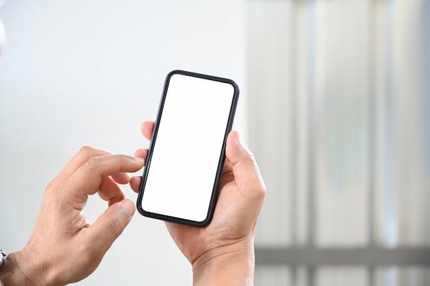 Cropped strzał męska ręka używać telefon komórkowego.