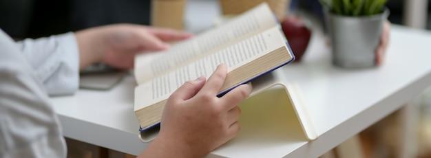 Cropped strzał żeński student uniwersytetu czyta książkę