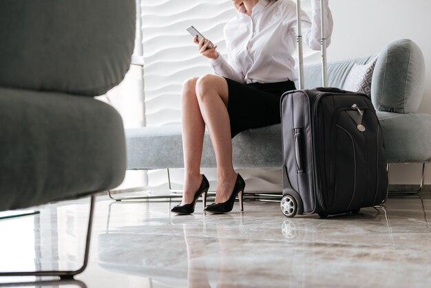 Cropped wizerunek atrakcyjny bizneswoman używa telefon.