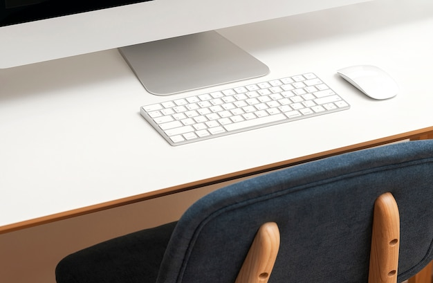 Cropped wizerunek komputer stacjonarny na bielu stole.