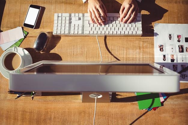 Cropped wizerunek pisać na maszynie na klawiaturze kobieta