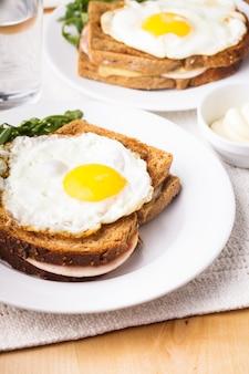 Croque madame - kanapka z szynką, serem i jajkiem sadzonym