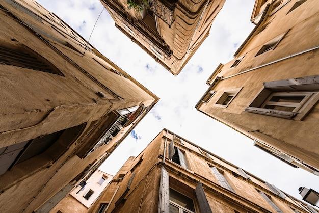 Cross x zobacz ulice starego miasta montpellier