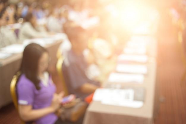 Crown słucha mówcy, który przemawia na spotkaniu biznesowym. publiczność w sali konferencyjnej. biznes i przedsiębiorczość.