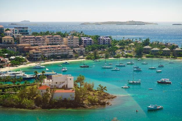 Cruz bay, st john, wyspy dziewicze stanów zjednoczonych z dużą ilością żaglówek.