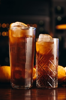 Cuba libre długa wyspa lub koktajl z mrożonej herbaty z cytryną