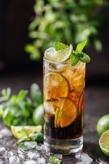 Cuba libre z brązowym rumem, colą, miętą i limonką. cuba libre czyli koktajl mrożonej herbaty long island z mocnymi napojami