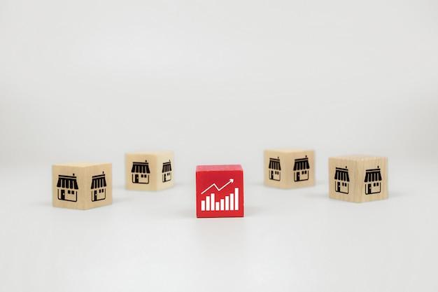 Cube drewniane blogi z zabawkami z ikoną wykresu i franczyzowym sklepem biznesowym