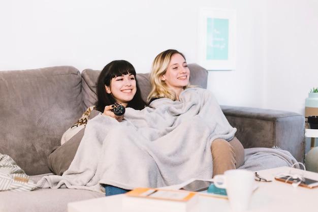 Cuddling dziewczyna cieszy się śmiesznego film