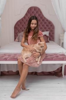 Cudowna dziewczyna pieści kota w swoim pokoju