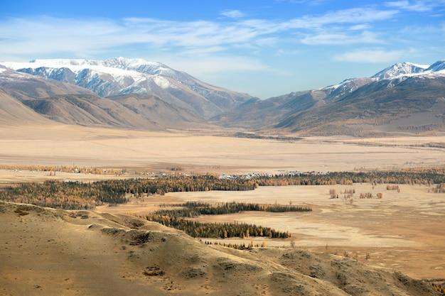 Cudowna górska kraina z lasem i doliną