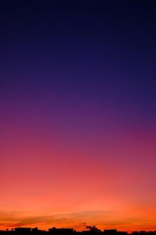 Cudowna gradientowa linia horyzontu podczas zmierzchu w mieście