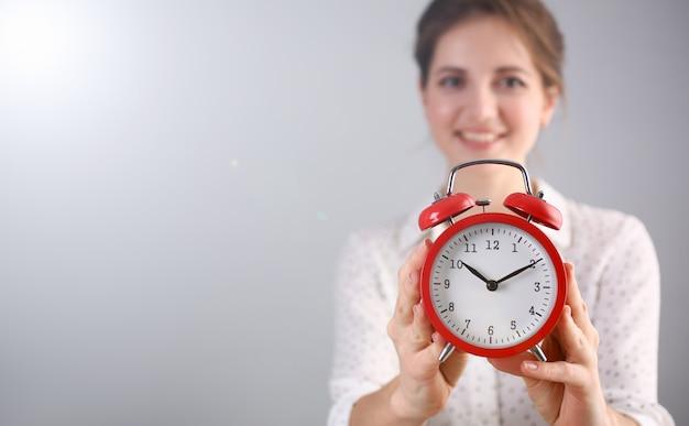 Cudowna kobieta trzyma budzącego zegar