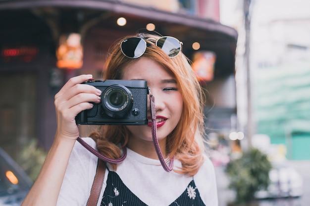Cudowna youn dziewczyna z aparatem na ulicy