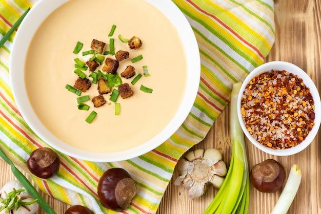 Cudowna zupa krem z kasztanów na drewnianym stole.
