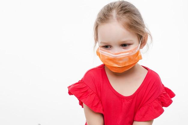 Cudowne dziecko w medycznej masce ochronnej. zatrzymaj koncepcję wirusów.