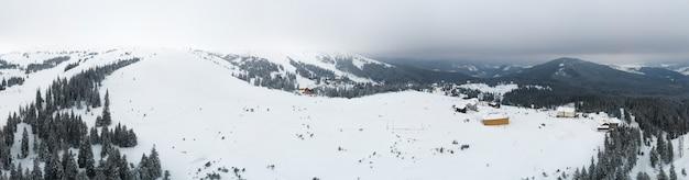 Cudowne gigantyczne zaspy śnieżne na wzgórzach w górach pokrytych śniegiem w słoneczny mroźny zimowy dzień
