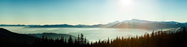 Cudowne rozgwieżdżone niebo rozpościera się ponad malowniczymi widokami na ośrodek narciarski
