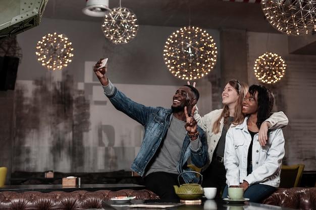 Cudowni wielokulturowi przyjaciele robią selfie