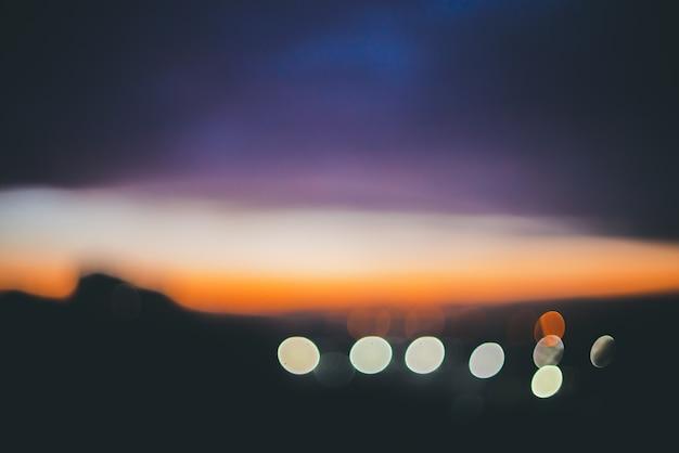 Cudowny atmosferyczny spokój świt w górach