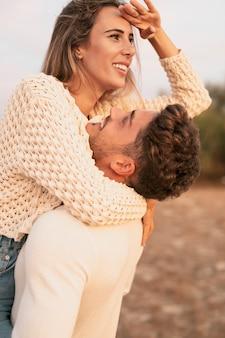 Cudowny chłopak patrzy na swoją dziewczynę