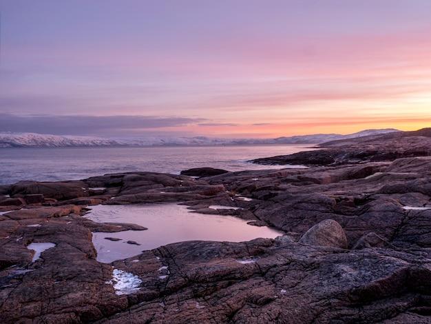 Cudowny górski krajobraz z przylądkiem na brzegu baru
