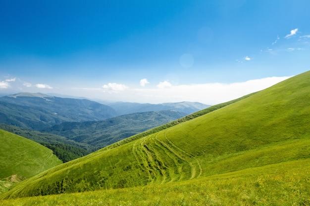 Cudowny krajobraz ukraińskich karpat.