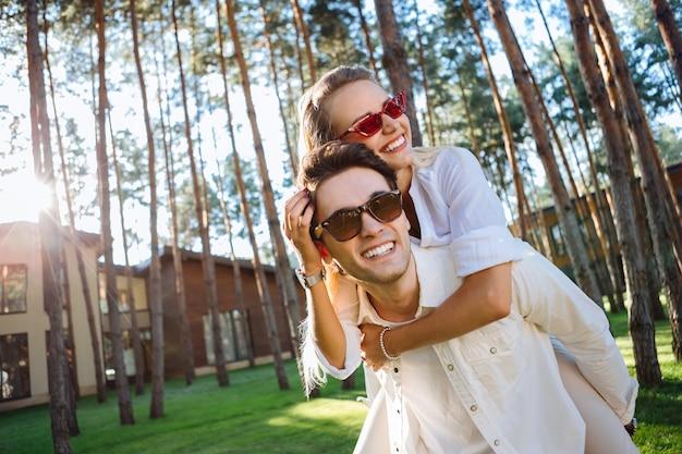 Cudowny nastrój. zachwycona pozytywna kobieta bawiąca się razem ze swoim chłopakiem