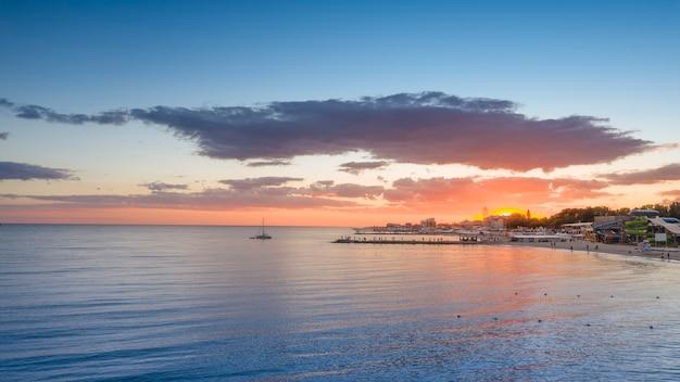 Cudowny pomarańczowy zachód słońca nad morzem