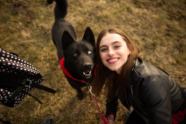 Cudowny portret dziewczyny i jej psa z kolorowymi oczami.