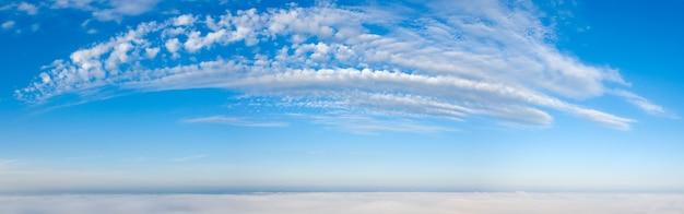 Cudowny świt nad chmurami. białe chmury i błękitne niebo.