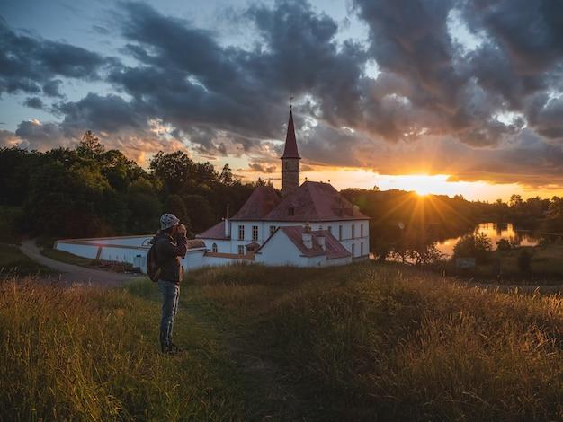 Cudowny wieczór słoneczny krajobraz. niesamowity majestatyczny pałac priory w gatchinie. popularne lokalizacje dla fotografów, koncepcja wakacji w podróży. niesamowite naturalne tło