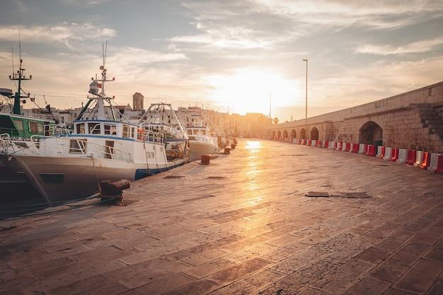 Cudowny zachód słońca nad starym nabrzeżem rybaków