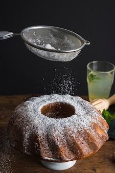 Cukier puder przez widok z przodu sitka
