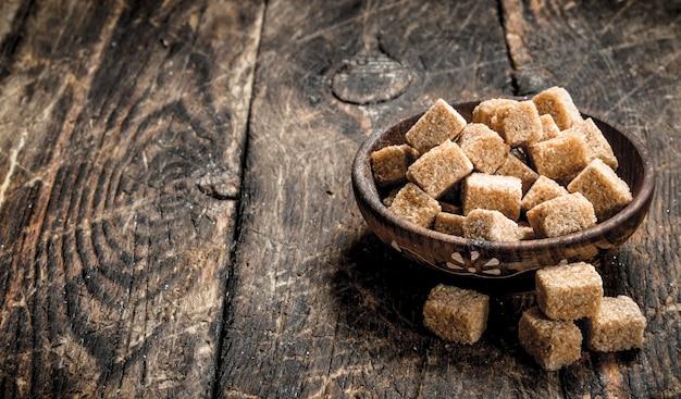 Cukier trzcinowy w misce.