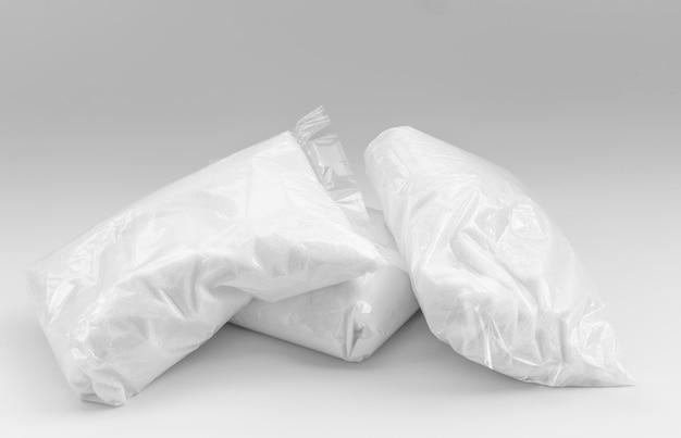 Cukier w opakowaniach na białym tle